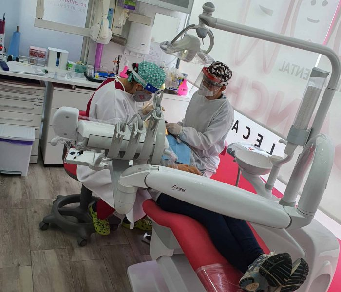 Dentistas trabajando de la Clínica Dental Ensanche de Vallecas